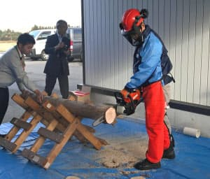 やまびこが山形大学との共同研究で開発したバッテリー式のチェーンソー(山形県飯豊町)