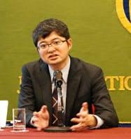 日本記者クラブで記者会見するプリファード・ネットワークスの西川徹社長(30日)
