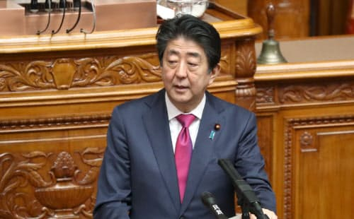 参院本会議で答弁する安倍首相(30日午前)