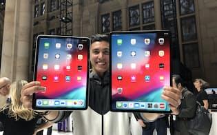 ホームボタンをなくして画面サイズを大きくした「iPad プロ」(30日、米ニューヨーク)