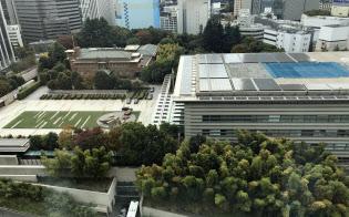 首相官邸(写真右)の屋上と前庭の緑地はヘリポートの機能を備えています