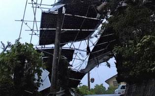台風21号で土台ごと飛ばされた太陽光パネルが6時間以上の停電を引き起こした(9月、高松市)