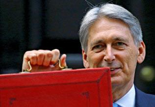ハモンド英財務相はオンラインと既存事業者の税の不公平是正を目指す(29日、ロンドン)=ロイター