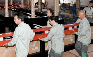 即位礼で使われる高御座の解体作業(8月、京都市上京区の京都御所)