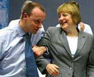 メルケル氏(右)の旧敵、メルツ氏も党首選に立候補(2002年)=ロイター