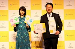 メニコンが開いた新製品発表会。田中英成社長(右)と女優の浜辺美波さんが登壇した