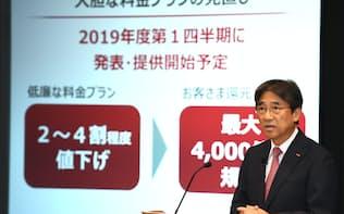 料金の引き下げを発表するNTTドコモの吉沢和弘社長(31日午後、東京・大手町)