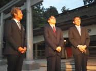 記者団の取材に応じる(左から)つるの剛士さん、羽生善治竜王、広瀬章人八段(31日、茨城県鹿嶋市の鹿島神宮)