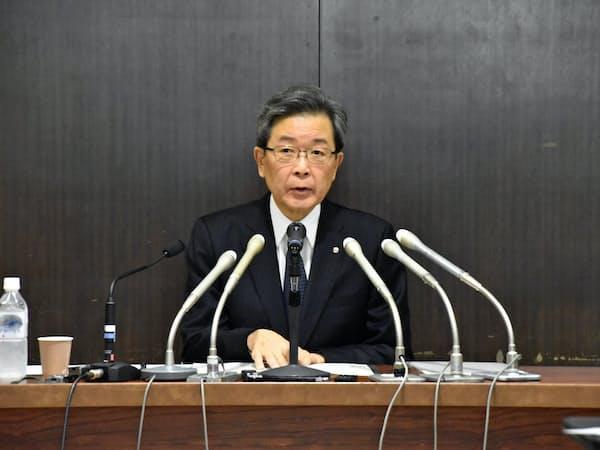 記者会見する北海道電力の真弓明彦社長(31日、札幌市)