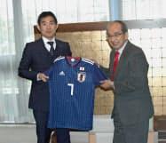 森保一・サッカー日本代表監督(左)の表敬を受ける大分県の広瀬勝貞知事(31日、大分県庁)