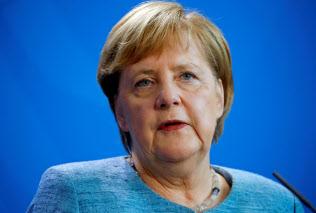 エジプトのシシ大統領との記者会見で話すドイツのメルケル首相(10月30日、ベルリン)=ロイター