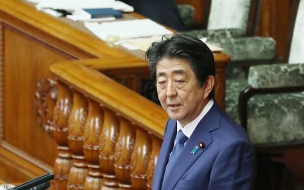 参院本会議で答弁に立つ安倍首相(31日午後)