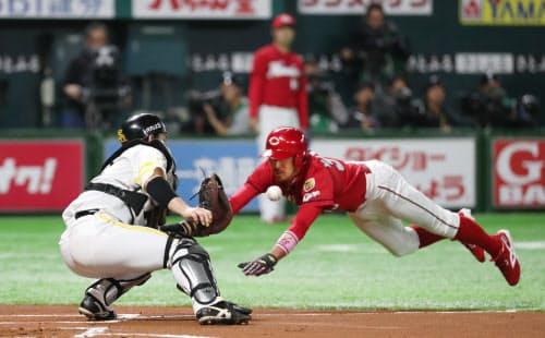 ソフトバンクとの日本シリーズ第4戦でホームへ突入する菊池(右)。広島にとって欠くことのできない選手でもある