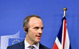 英国のラーブEU離脱担当相は英政府が承認した離脱協定案に反発して辞任=ロイター