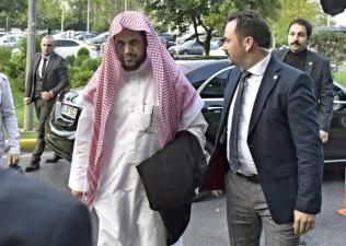 トルコから出国するため空港に到着したサウジのモジェブ検事総長(左)=AP
