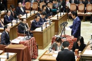 衆院予算委で自民・岸田政調会長(左)の質問に答える安倍首相(1日午前)