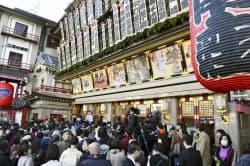 「吉例顔見世興行」の初日を迎えた京都・南座で開場を待つ大勢の観客ら(1日午前)=共同