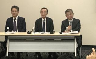 記者会見する(左から)LIXILグループの瀬戸社長、山梨取締役、潮田取締役会議長(10月31日)