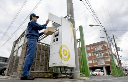 関西電力などが実験を始めた電柱に設置した宅配ロッカー(1日午後、京都府精華町)