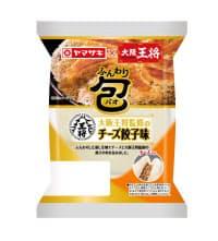 山崎製パンが1日発売した「ふんわり包(チーズ餃子味)大阪王将監修」。9月に売り出した「餃子味」も好調という