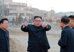 たばこを片手に現地指導する金正恩氏=朝鮮中央通信・朝鮮通信