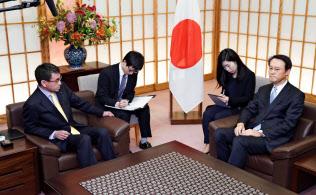 河野外相は韓国の李洙勲駐日大使(右)を呼び出し、抗議した(10月30日、外務省)=共同