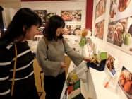 初日から買い物客でにぎわった博多阪急のお歳暮売り場(1日、福岡市博多区)