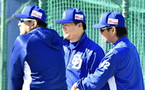 経験豊富な中日の伊東ヘッドコーチ(左)らが与田監督(中)を支える=共同