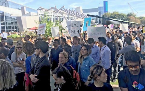 グーグル本社前で開いた抗議集会には多くの社員が参加した(カリフォルニア州)