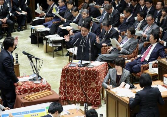 衆院予算委で答弁する山下法相(2日午前)