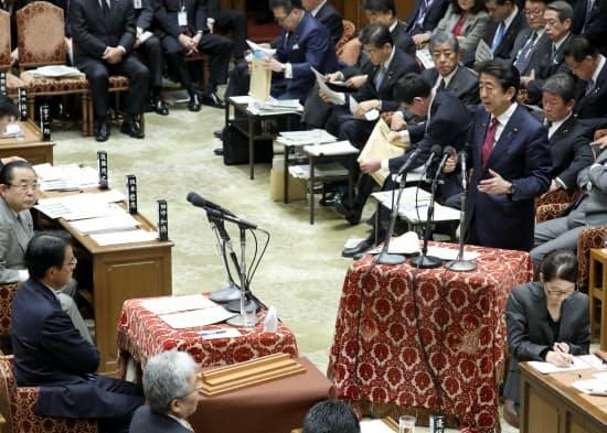 衆院予算委で無所属の会・岡田克也氏(左)の質問に答える安倍首相(2日午前)