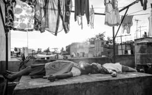 1970年代のメキシコ市「ローマ」地区に住む家族を描き、ベネチア国際映画祭で最高賞の金獅子賞を受賞したキュアロン監督の「ローマ」の場面=AP