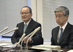 記者会見する三菱商事の垣内威彦社長(左)(2日、東京都港区)