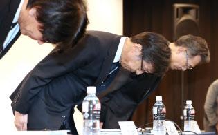 新たに判明した不適切検査等について頭を下げる日立化成の丸山社長(中)ら(2日、東京都中央区)