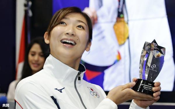池江はアジア大会で日本勢史上最多となる6冠に輝き、MVPに選ばれた=共同