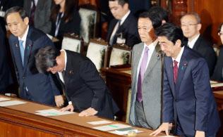 衆院本会議で18年度補正予算案が可決され、一礼する安倍首相ら(2日)
