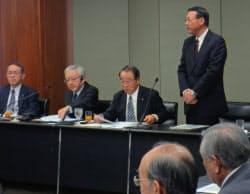 名古屋商工会議所の会合で事故防止の取り組みを呼び掛ける愛知県警の石川智之交通部長(右)(10月、名古屋市)=愛知県警提供