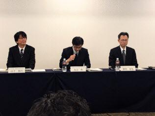 記者会見する日立化成の丸山寿社長(2日午後、東京都中央区)