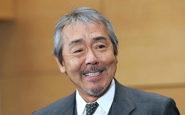 旭日小綬章を受章し、笑顔で記者の質問に答える俳優の寺尾聡さん