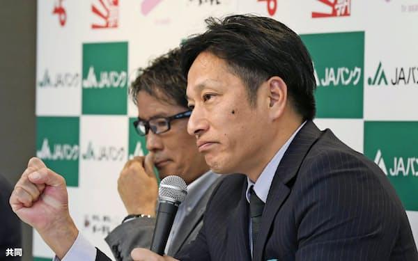 全日本大学駅伝を前に、記者会見で意気込みを語る青学大の原晋監督=手前(2日、名古屋市)=共同