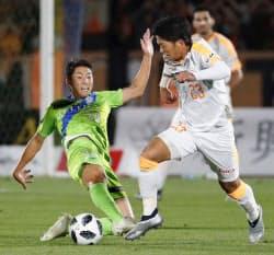 湘南―清水の前半、競り合う清水・北川(右)と湘南・金子(2日、BMWスタジアム)=共同