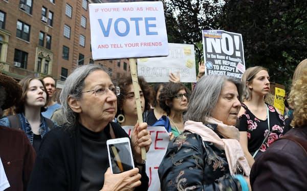 カバノー氏の最高裁判事承認に反対する集会で投票を呼びかける女性たち(ニューヨーク)