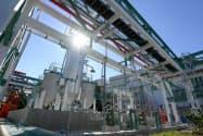 バイオ燃料などを製造するユーグレナの実証プラント(2日午後、横浜市鶴見区)