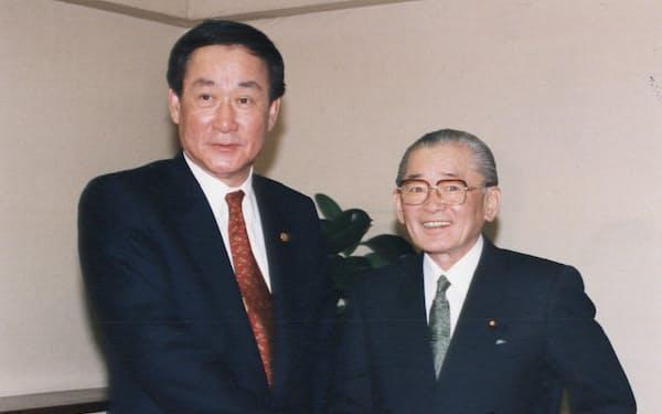 竹下登・元首相(右)と握手する金潤煥・韓日議連会長(1995年3月27日、東京・永田町の竹下事務所)