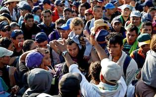 メキシコへ入国しようとする移民集団(2日、メキシコとの国境の町、グアテマラ・テクンウマン)=ロイター