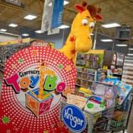トイザラスのマスコット、きりんの「ジェフリー」が玩具詰め合わせのブランドとしてカムバックする(クローガー提供)
