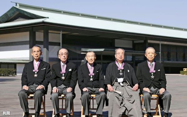 文化勲章の親授式を終え、記念写真に納まる(左から)長尾さん、一柳さん、金子さん、今井さん、山崎さん(3日、皇居)=共同