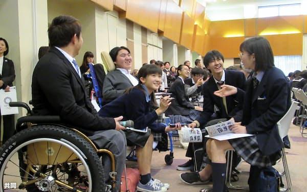 ボランティア活動について話し合う都立高の生徒ら(3日、東京都渋谷区)=共同