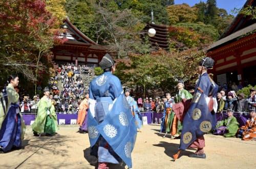 奈良県桜井市の談山神社で開かれた「けまり祭」(3日)=共同