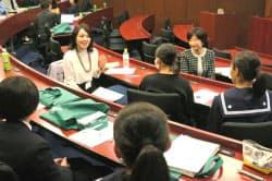 女子中高生に仕事と家庭の両立について語る女性弁護士(左)